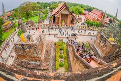 阿尤特拉利夫雷斯,泰国, 2018年2月, 08日:与走在Wat Chaiwatthanaram的未认出的人民的美好的风景 库存照片