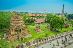 阿尤特拉利夫雷斯,泰国, 2018年2月, 08日:在美好的风景上看法与走在Wat的未认出的人民的 免版税图库摄影