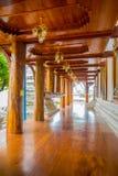 阿尤特拉利夫雷斯,泰国, 2018年2月, 08日:木泰国人和外国人的大厅或ubosot室外看法教会的 免版税图库摄影