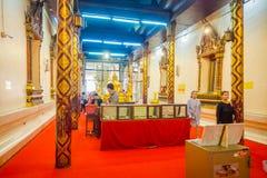 阿尤特拉利夫雷斯,泰国, 2018年2月, 08日:走在接近一个金黄budha雕象的一个大厦里面的未认出的人民 库存图片