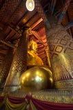 阿尤特拉利夫雷斯,泰国- 2017年9月25日;Wat Phananchoeng里面一个大金黄菩萨雕象 免版税库存图片
