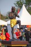阿尤特拉利夫雷斯,泰国- 3月17,2013 :在Wai Kru仪式的泰国拳击手雕象在阿尤特拉利夫雷斯老市的Wat Phutthaisawan 库存照片