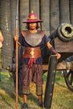 阿尤特拉利夫雷斯,泰国- 3月17,2013 :有盾和矛的古老暹罗战士在堡垒墙壁的背景 免版税库存照片