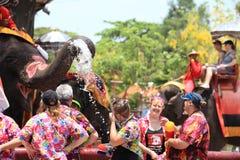 阿尤特拉利夫雷斯,泰国- 4月13 :闹饮者享用飞溅机智的水 库存照片