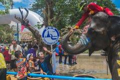 阿尤特拉利夫雷斯,泰国- 4月14 :闹饮者在阿尤特拉利夫雷斯享用飞溅与大象的水在Songkran节日期间在2016年4月14日, 免版税库存图片
