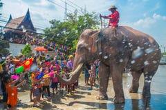 阿尤特拉利夫雷斯,泰国- 4月14 :闹饮者在阿尤特拉利夫雷斯享用飞溅与大象的水在Songkran节日期间在2016年4月14日, 库存照片