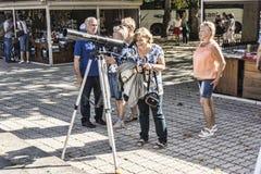 阿布哈兹,游人通过望远镜敬佩秀丽  免版税库存照片