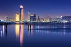 阿布扎比全景在晚上,阿拉伯联合酋长国 免版税库存照片