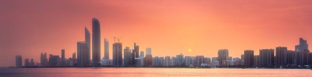 阿布扎比地平线全景视图在日落,阿拉伯联合酋长国的 免版税图库摄影