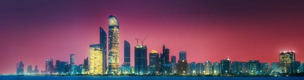 阿布扎比地平线全景视图在日落,阿拉伯联合酋长国的 免版税库存图片