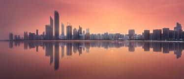 阿布扎比地平线全景视图在日落,阿拉伯联合酋长国的 免版税库存照片