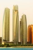 阿布扎比地平线和Al Bateen小游艇船坞日落的,阿拉伯联合酋长国看法  免版税库存图片