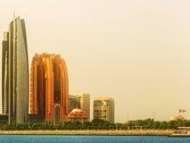 阿布扎比地平线和Al Bateen小游艇船坞日落的,阿拉伯联合酋长国看法  免版税图库摄影