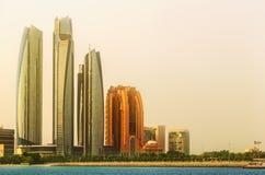 阿布扎比地平线和Al Bateen小游艇船坞日落的,阿拉伯联合酋长国看法  免版税库存照片