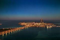 阿布扎比小游艇船坞购物中心如被看见从一个遥远的摩天大楼在日出 库存图片