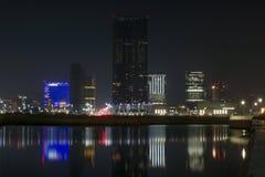阿布扎比市mariah塔和地平线在从Al Reem的晚上 库存图片