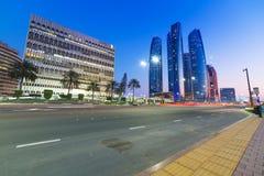 阿布扎比街道在晚上,阿拉伯联合酋长国 免版税库存照片