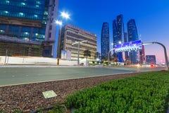 阿布扎比街道在晚上,阿拉伯联合酋长国 库存图片