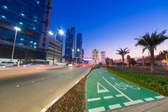 阿布扎比街道在晚上,阿拉伯联合酋长国 免版税库存图片