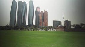 阿布扎比视图的摩天大楼从旅馆酋长管辖区宫殿股票英尺长度录影的草坪 股票视频
