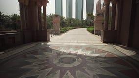 阿布扎比视图的摩天大楼从旅馆酋长管辖区宫殿股票英尺长度录影 股票录像