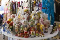 阿布扎比,团结的阿拉伯人酋长管辖区4月14日2018年:Matryoshka在纪念品市场商店 不同的颜色俄国人玩偶 免版税库存图片