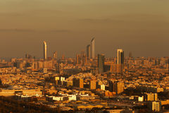 阿布扎比,阿拉伯联合酋长国地平线视图在黎明,与Corniche和世界贸易中心 库存图片