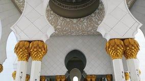 阿布扎比,阿拉伯联合酋长国- 2018年10月: 扎耶德・本・苏尔坦・阿勒纳哈扬回教族长清真寺 影视素材