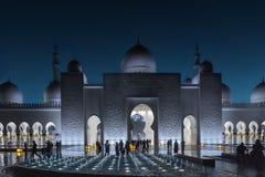 阿布扎比,阿拉伯联合酋长国- 2019年3月12日:在扎耶德Grand Mosque回教族长的看法在晚上 库存照片