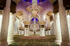 阿布扎比,阿拉伯联合酋长国- 2019年3月12日:在晚上以后祈祷扎耶德Grand Mosque回教族长大厅祈祷 免版税库存图片