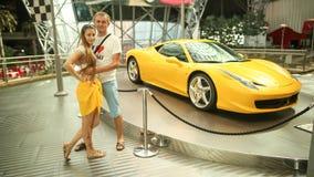阿布扎比,阿拉伯联合酋长国- 2014年8月20日:在Yas海岛的法拉利世界在阿布扎比 传奇减速火箭的汽车法拉利 免版税库存照片