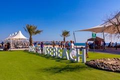 阿布扎比,阿拉伯联合酋长国- 2018年12月13日:游人的海滩从在巴尼亚斯岛先生海岛上的巡航划线员  免版税图库摄影