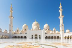 阿布扎比,阿联酋回教族长扎耶德Mosque - 美丽的白色盛大清真寺庭院 免版税库存图片