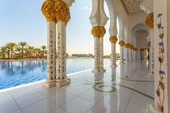 阿布扎比,阿联酋回教族长扎耶德Mosque - 美好的白色盛大清真寺外部 免版税库存照片