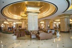 阿布扎比,阿联酋, 4月10,2013 `华园大饭店`的内部在阿布扎比 免版税图库摄影