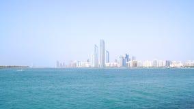 阿布扎比,阿联酋- 2014年4月4日, :从小游艇船坞购物中心的地平线视图 免版税库存照片