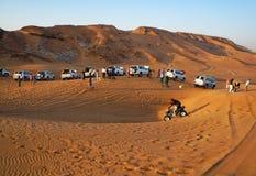 阿布扎比,阿联酋- 2014年11月22日:在吉普的越野汽车旅行到金黄沙子里是一个普遍的游人吸引 库存照片