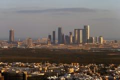 阿布扎比,黄昏的阿拉伯联合酋长国地平线视图,看往Reem海岛 免版税图库摄影