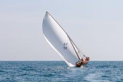 阿布扎比,UAE-FEBRUARY,10,2018:航行单桅三角帆船在传统r以后 免版税库存图片
