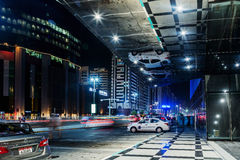阿布扎比- 2016年11月3日:在阿布扎比、有启发性摩天大楼和汽车的夜街道在路 阿布扎比阿拉伯联合酋长国 图库摄影