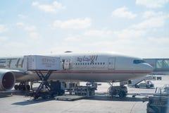 阿布扎比- 2月13 :阿联酋联合航空土地飞机在阿布扎比国际机场 2016年2月12日在阿布扎比,团结 免版税库存图片