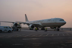 阿布扎比 里斯本 在美丽的鸟云彩之上颜色及早飞行金子早晨本质宜人的平静的反映上升海运一些星期日 飞机有arriv 免版税图库摄影
