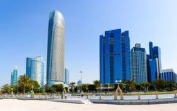 阿布扎比Corniche海滩和走的区域与地标城市竞争 图库摄影