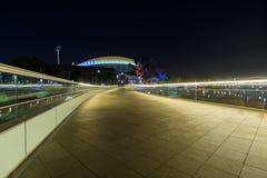阿德莱德市往长圆形的人行桥标题 库存照片