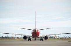 阿德莱德机场的澳洲航空飞机接近的跑道 库存照片