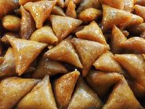 阿拉伯东方甜点、三角曲奇饼在蜂蜜和黄油 库存照片