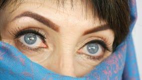 阿拉伯中部的画象变老了有异常的美丽的大蓝眼睛的妇女与在传统的长的睫毛 股票录像