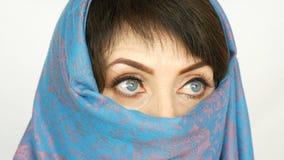 阿拉伯中部的画象变老了有异常的美丽的大蓝眼睛的妇女与在传统的长的睫毛 股票视频