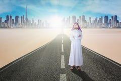 阿拉伯事务在路的横渡的手 免版税库存图片