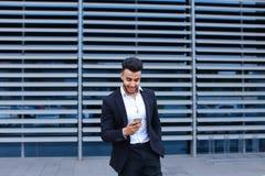 年轻阿拉伯人使用流动聪明的电话商业中心 免版税库存照片